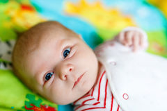 Κλείστε επάνω του προσώπου μωρών στο ζωηρόχρωμο υπόβαθρο Στοκ Εικόνες