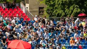 Κλείστε επάνω του πλήθους ανθρώπων που υποστηρίζει τον αγαπημένο παίκτη τους κατά τη διάρκεια της αντιστοιχίας αντισφαίρισης Στοκ εικόνες με δικαίωμα ελεύθερης χρήσης