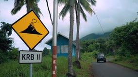 Κλείστε επάνω του σημαδιού έκρηξης κοντά σε έναν δρόμο στο ηφαίστειο Ternate, Ινδονησία φιλμ μικρού μήκους