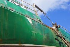 Κλείστε επάνω του σκουριασμένου πράσινου αλιευτικού σκάφους στοκ φωτογραφία