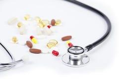 Κλείστε επάνω του στηθοσκοπίου τα χάπια στον πίνακα Στοκ φωτογραφία με δικαίωμα ελεύθερης χρήσης