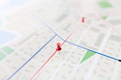 Κλείστε επάνω του σχεδίου χαρτών ή πόλεων με την καρφίτσα στοκ φωτογραφίες