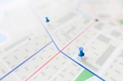 Κλείστε επάνω του σχεδίου χαρτών ή πόλεων με την καρφίτσα Στοκ Εικόνες