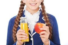 Κλείστε επάνω του σχολικού κοριτσιού με το χυμό και το μήλο Στοκ Φωτογραφίες
