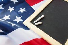 Κλείστε επάνω του σχολικού πίνακα στη αμερικανική σημαία Στοκ φωτογραφίες με δικαίωμα ελεύθερης χρήσης