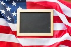 Κλείστε επάνω του σχολικού πίνακα στη αμερικανική σημαία Στοκ Εικόνες