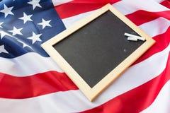 Κλείστε επάνω του σχολικού πίνακα στη αμερικανική σημαία Στοκ Φωτογραφίες