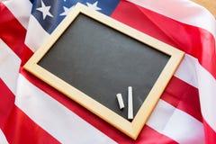 Κλείστε επάνω του σχολικού πίνακα στη αμερικανική σημαία Στοκ Φωτογραφία