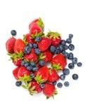Κλείστε επάνω του σωρού της φράουλας και του μυρτίλλου στοκ εικόνες