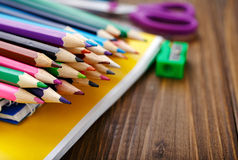 Κλείστε επάνω του σωρού χρωμάτισε τα μολύβια στοκ φωτογραφία