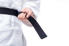 Κλείστε επάνω του τζούντου ομοιόμορφου, τζούντο-ΓΠ, με τη ζώνη που απομονώνεται στο λευκό Στοκ Φωτογραφία