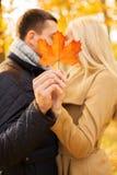 Κλείστε επάνω του φιλήματος ζευγών στο πάρκο φθινοπώρου Στοκ Φωτογραφίες