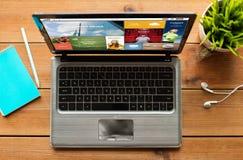 Κλείστε επάνω του φορητού προσωπικού υπολογιστή με τις ειδήσεις Διαδικτύου στοκ φωτογραφίες με δικαίωμα ελεύθερης χρήσης
