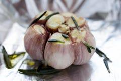 Κλείστε επάνω του φρέσκου βολβού σκόρδου έτοιμου για το ψητό Στοκ Εικόνες
