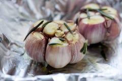Κλείστε επάνω του φρέσκου βολβού σκόρδου έτοιμου για το ψητό Στοκ Φωτογραφίες