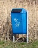 Κλείστε επάνω του φωτεινού μπλε σκυλιού βρωμίζει το δοχείο επίστεγων Στοκ φωτογραφία με δικαίωμα ελεύθερης χρήσης