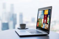 Κλείστε επάνω του φλυτζανιού lap-top και καφέ στον πίνακα γραφείων στοκ φωτογραφίες με δικαίωμα ελεύθερης χρήσης