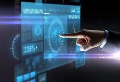 Κλείστε επάνω του χεριού δείχνοντας το δάχτυλο την εικονική οθόνη Στοκ Εικόνες