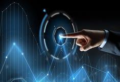 Κλείστε επάνω του χεριού δείχνοντας το δάχτυλο το εικονικό διάγραμμα Στοκ Φωτογραφία