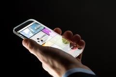 Κλείστε επάνω του χεριού με τα apps στο smartphone Στοκ εικόνες με δικαίωμα ελεύθερης χρήσης
