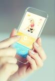 Κλείστε επάνω του χεριού με τον αθλητισμό app στο smartphone Στοκ Εικόνες