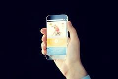 Κλείστε επάνω του χεριού με το smartphone και τον αθλητισμό app Στοκ εικόνα με δικαίωμα ελεύθερης χρήσης
