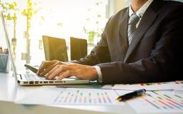 Κλείστε επάνω του χεριού του εγγράφου εργασίας επιχειρησιακών ατόμων και του lap-top μέσα Στοκ φωτογραφίες με δικαίωμα ελεύθερης χρήσης