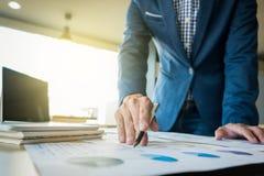 Κλείστε επάνω του χεριού του εγγράφου εργασίας επιχειρησιακών ατόμων και του lap-top μέσα Στοκ φωτογραφία με δικαίωμα ελεύθερης χρήσης
