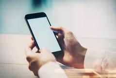 Κλείστε επάνω του χεριού του κοριτσιού χρησιμοποιώντας το έξυπνο τηλέφωνο Στοκ Εικόνα