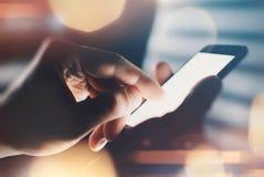 Κλείστε επάνω του χεριού χρησιμοποιώντας το έξυπνο τηλέφωνο Στοκ Εικόνες