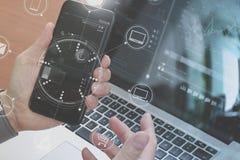 κλείστε επάνω του χεριού χρησιμοποιώντας το έξυπνο τηλέφωνο, lap-top, σε απευθείας σύνδεση τραπεζική πληρωμή Στοκ Εικόνα