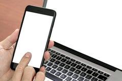 κλείστε επάνω του χεριού χρησιμοποιώντας το έξυπνο τηλέφωνο, lap-top, σε απευθείας σύνδεση τραπεζική πληρωμή στοκ εικόνες