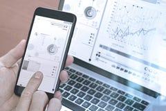 κλείστε επάνω του χεριού χρησιμοποιώντας το έξυπνο τηλέφωνο, lap-top, σε απευθείας σύνδεση τραπεζική πληρωμή Στοκ εικόνες με δικαίωμα ελεύθερης χρήσης
