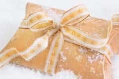 Κλείστε επάνω του χρυσού παρόντος κιβωτίου για τα Χριστούγεννα στοκ εικόνα με δικαίωμα ελεύθερης χρήσης