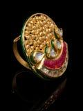 Κλείστε επάνω του όμορφου δαχτυλιδιού διαμαντιών, με πολλούς διαφορετικός πολύτιμος πολύτιμος λίθος Στοκ Εικόνα