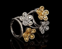 Κλείστε επάνω του όμορφου δαχτυλιδιού διαμαντιών, με πολλούς διαφορετικός πολύτιμος πολύτιμος λίθος Στοκ εικόνες με δικαίωμα ελεύθερης χρήσης