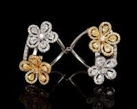 Κλείστε επάνω του όμορφου δαχτυλιδιού διαμαντιών, με πολλούς διαφορετικός πολύτιμος πολύτιμος λίθος Στοκ Φωτογραφίες