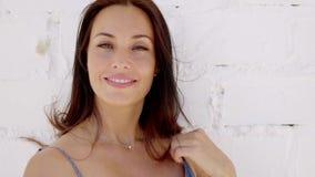 Κλείστε επάνω του όμορφου νέου χαμόγελου brunette απόθεμα βίντεο