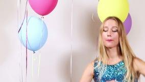 Κλείστε επάνω του όμορφου χορού γυναικών με τη λαμπρή σειρά στηριγμάτων στο θάλαμο φωτογραφιών απόθεμα βίντεο
