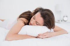 Κλείστε επάνω του όμορφου ύπνου γυναικών στο κρεβάτι Στοκ Εικόνα