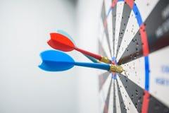 Κλείστε επάνω του dartboard με τα βέλη βελών στο κέντρο Στοκ Εικόνα