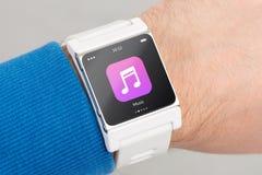Κλείστε επάνω το άσπρο έξυπνο ρολόι με app μουσικής το εικονίδιο Στοκ φωτογραφία με δικαίωμα ελεύθερης χρήσης