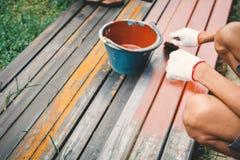 Κλείστε επάνω το άτομο στη ζωγραφική βουρτσών εκμετάλλευσης χεριών εργασίας στο χάλυβα Στοκ φωτογραφίες με δικαίωμα ελεύθερης χρήσης