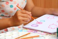 Κλείστε επάνω το έγγραφο watercolor χρωμάτων παιδιών τέχνης γυναικών χεριών Στοκ εικόνα με δικαίωμα ελεύθερης χρήσης