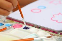 Κλείστε επάνω το έγγραφο watercolor χρωμάτων παιδιών τέχνης χεριών για την εκπαίδευση Στοκ εικόνα με δικαίωμα ελεύθερης χρήσης