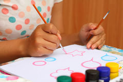 Κλείστε επάνω το έγγραφο watercolor χρωμάτων παιδιών τέχνης χεριών για την τέχνη εκπαίδευσης Στοκ Φωτογραφίες