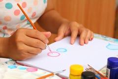 Κλείστε επάνω το έγγραφο watercolor χρωμάτων παιδιών τέχνης χεριών και δημιουργικός Στοκ φωτογραφία με δικαίωμα ελεύθερης χρήσης