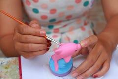 Κλείστε επάνω το ασβεστοκονίαμα κουκλών watercolor χρωμάτων παιδιών τέχνης χεριών γυναικών Στοκ φωτογραφία με δικαίωμα ελεύθερης χρήσης