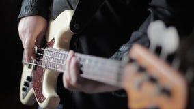 Κλείστε επάνω το βίντεο του βαθιού παιχνιδιού κιθάρων απόθεμα βίντεο