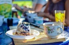 Κλείστε επάνω το βουτύρου και πράσινο τσάι scones με τη φρέσκια σπιτική μαρμελάδα αγγλικά φραουλών για τη χαλάρωση σπασιμάτων απο Στοκ φωτογραφία με δικαίωμα ελεύθερης χρήσης